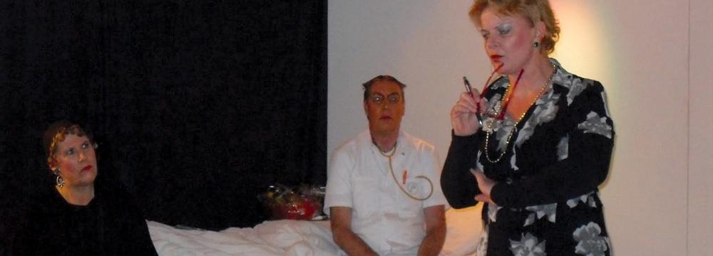 scene met de dokter in Een onbeschreven blad Langedijker Toneelgroep Metamorfose
